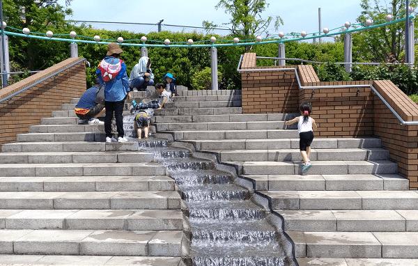 新町南公園の階段の水遊び